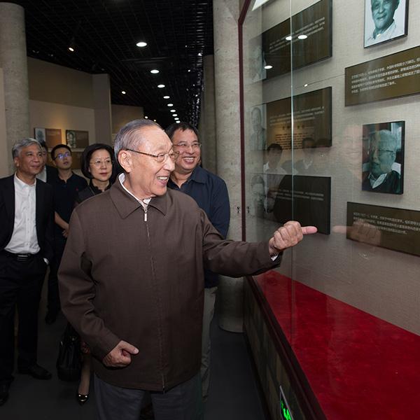 第十五届中共中央政治局常委、国务院原常务副总理李岚清参观纪念馆
